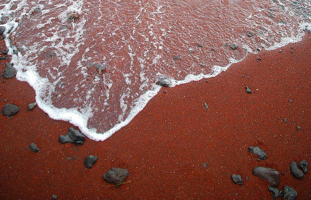 Красный песок пляжа Кайхалулу на Гавайском острове Мауи