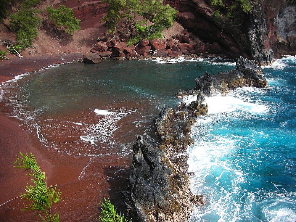 Риф из застывшей лавы на Пляже красного песка (Гавайи)