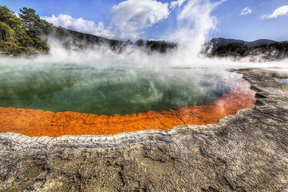 Горячий источник «Бассейн шампанского» в Пейзажном заповеднике «Уаи-о-Тапу» / Вайотапу (Новая Зеландия)