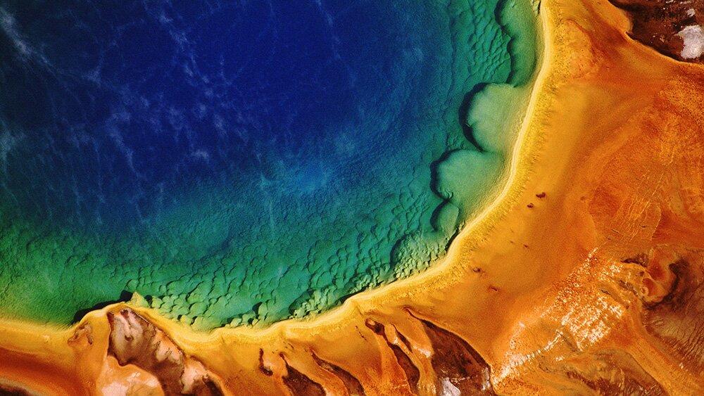 Яркие цвета Большого призматического источника крупным планом