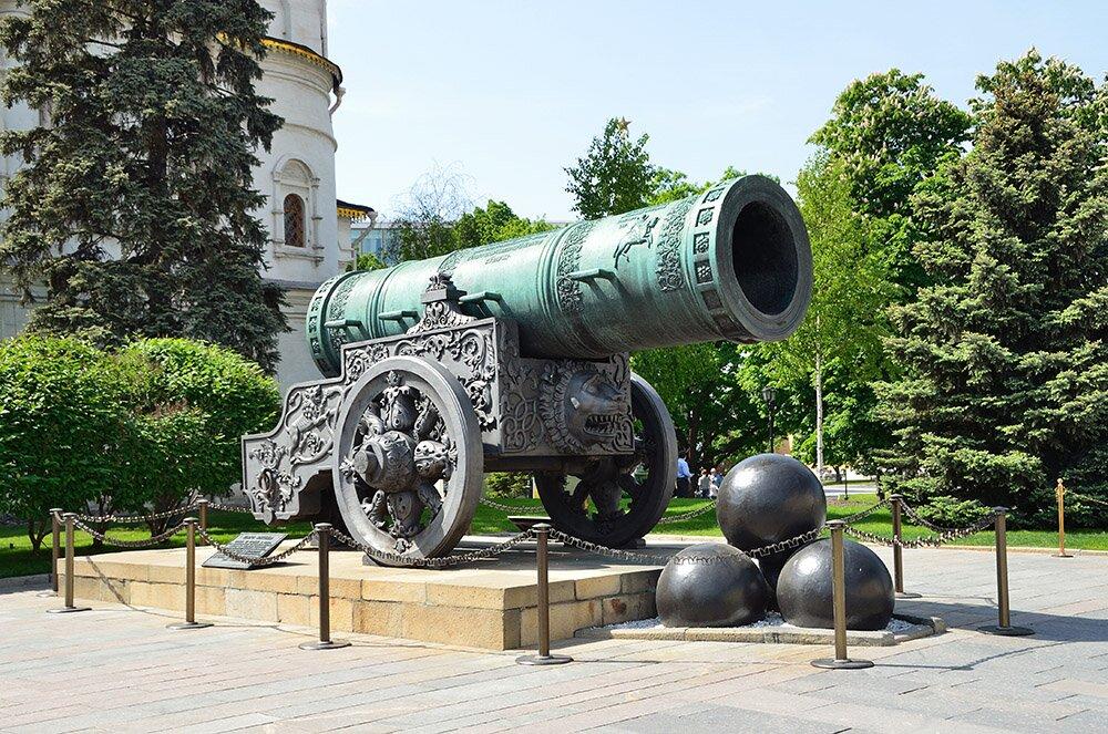 Царь-пушка на Ивановской площади Московского Кремля.