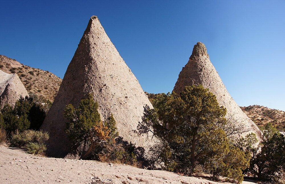 Два небольших останца (скалы-палатки) в Национальном памятнике «Скалы-палатки Каша-Катуве»